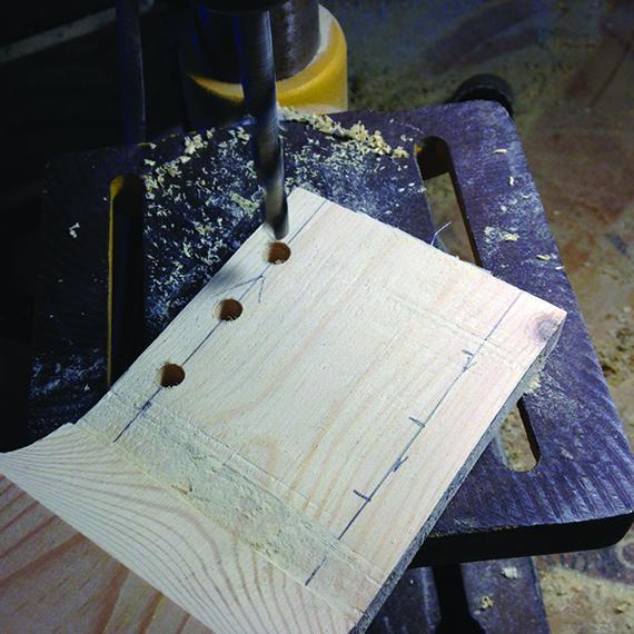 Сверление отверстий для колков на головке грифа гитары