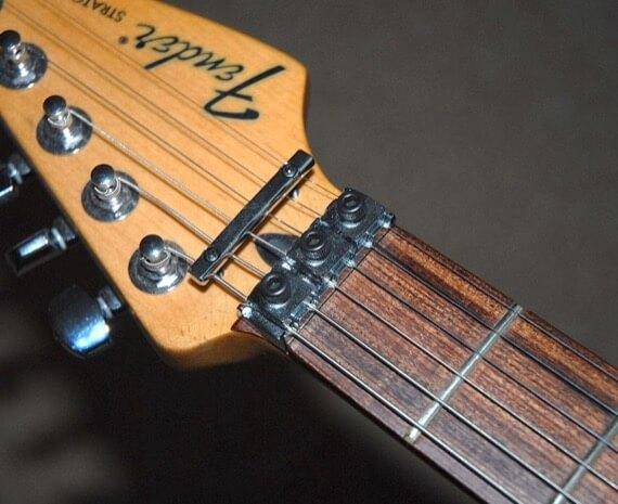 Фиксирующий верхний порожек гитары