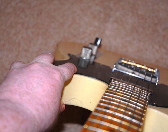 Как определить прогиб грифа гитары