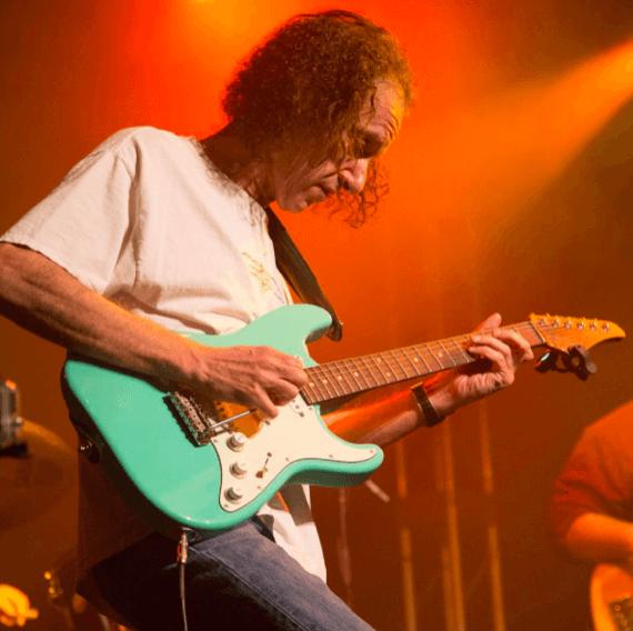 Скотт Хендерсон с бирюзовой гитарой