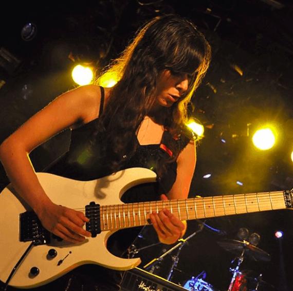 Гитаристка Нили Брош с гитарой