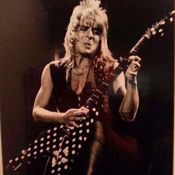 Рэнди Роадс с гитарой с кружочками