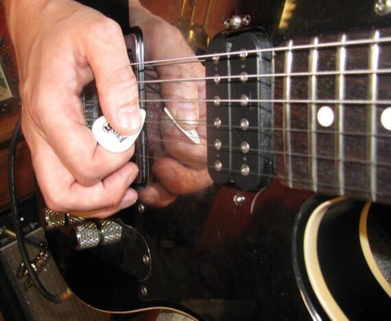 Как правильно держать медиатор при игре на гитаре