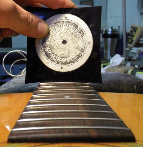 Как измерить высоту струн над грифом