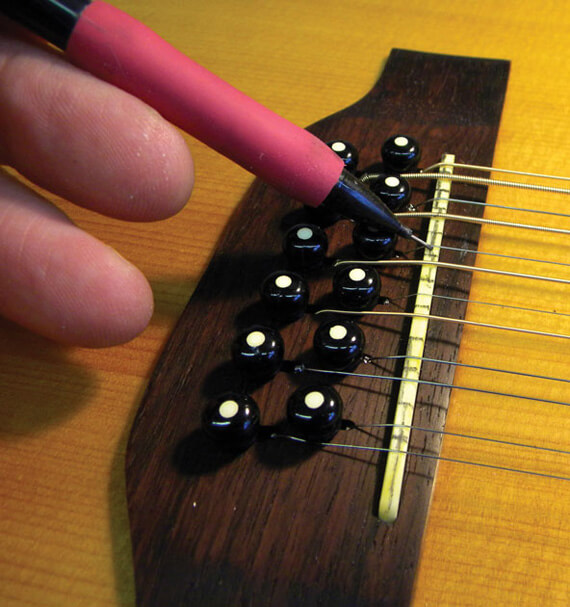Отмечаем карандашом места для струн