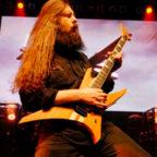 Оли Хэберт с гитарой